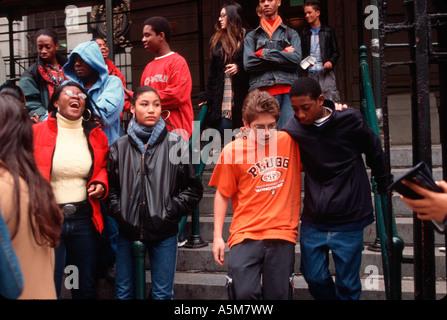 Studenten auf den Stufen der Professional Performing Arts School in Manhattan ein New York City öffentliche High - Stockfoto