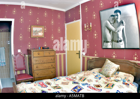 Dekoration Schlafzimmer in Wohnung flache rote Tapete, Home Improvement - Stockfoto