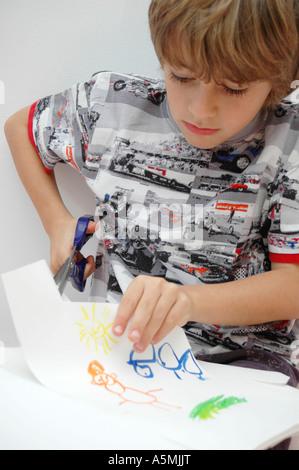 Junge Schneidet Papier Mit Einer Schere Junge Basteln Mit Papier