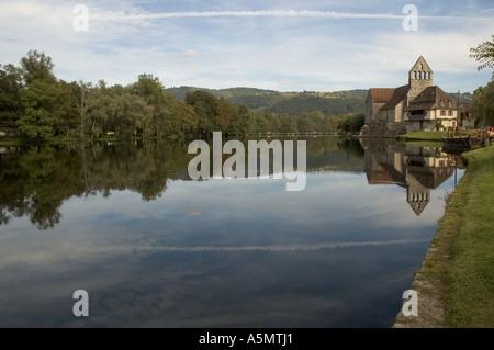 Die Kapelle Büßer und dem Fluss im Beaulieu Sur Dordogne. - Stockfoto