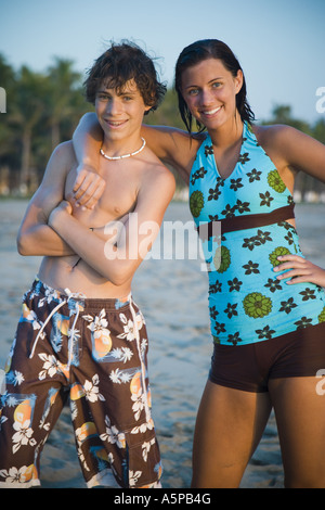 Junge Frau und kleinen Bruder am Strand - Stockfoto