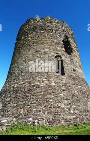 Die Ruinen des Turms in Dolbadarn Burg auf einem blauen Himmel Tag in Llanberis Gwynedd Snowdonia North Wales UK - Stockfoto