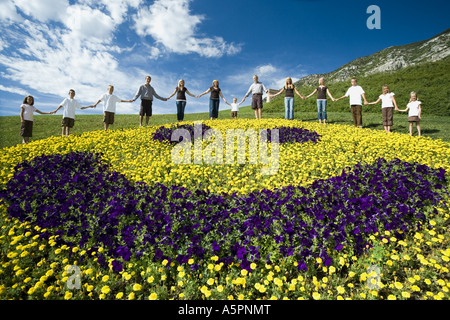 Großen Familiengruppe auf Hügel mit floralen glückliches Gesicht anzeigen - Stockfoto