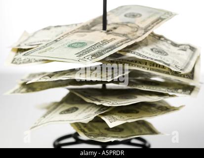 Nahaufnahme von Banknoten auf einer Metallspitze - Stockfoto