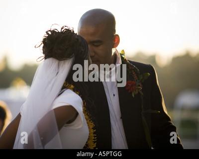 Nahaufnahme einer Braut und Bräutigam küssen - Stockfoto