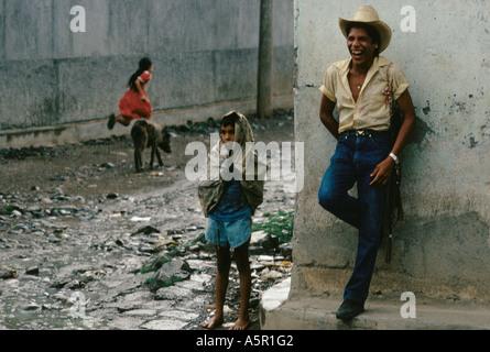 ANAMOROS DORF DORFBEWOHNER GEFANGEN IN EINEM REGENGUSS SEPTEMBER 1990 - Stockfoto