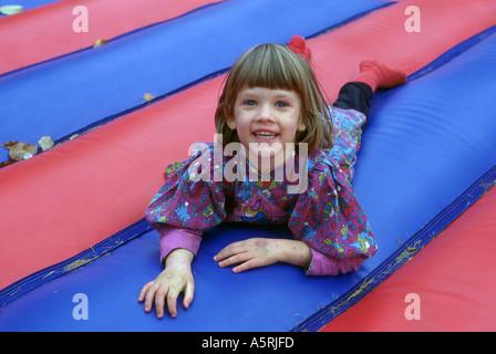 junge Mädchen spielen auf einer aufblasbaren Luftmatratze - Stockfoto