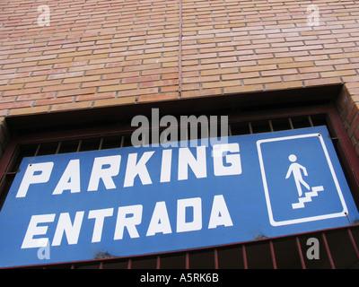 Eingang zum Parkhaus in spanischer Sprache - Stockfoto
