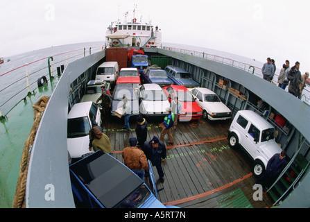 Autos und Menschen auf der Fähre über die Meerenge von Magellan Tierra del Fuego Chile - Stockfoto