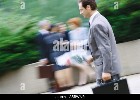 Geschäftsmann mit Blumenstrauß und Aktenkoffer - Stockfoto