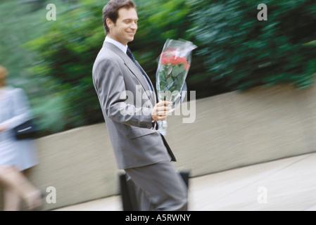 Geschäftsmann mit Blumenstrauß - Stockfoto