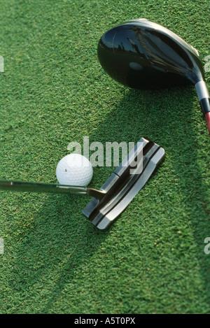 Putter, Driver und Golfball auf Rasen, Nahaufnahme