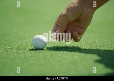 Golfer Golf Ballmarker auf Rasen, Nahaufnahme der Hand platzieren - Stockfoto