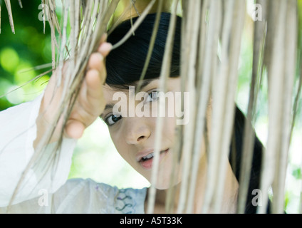 Frau, die durch trockene Blätter, Kopf und Schultern - Stockfoto