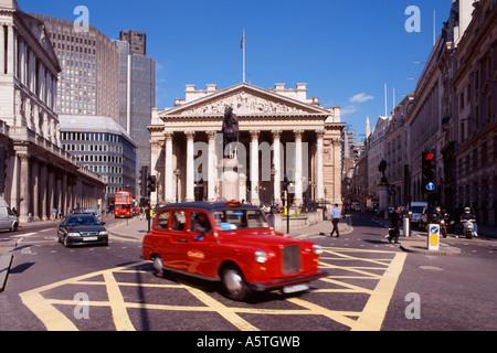 Royal Exchange mit roten Taxi auf gelben Kasten Junction, London - Stockfoto