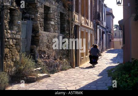 Motorrad Roller mit Mann und Frau Reiten In Gasse, Athen Griechenland - Stockfoto