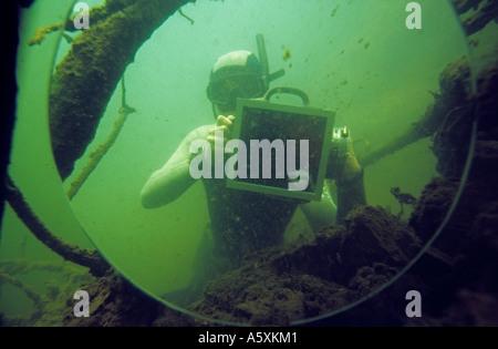Selbstporträt von Schnorchler in einem Spiegel. Auto-Portrait d ' un Plongeur Apnéiste Dans un Miroir. - Stockfoto