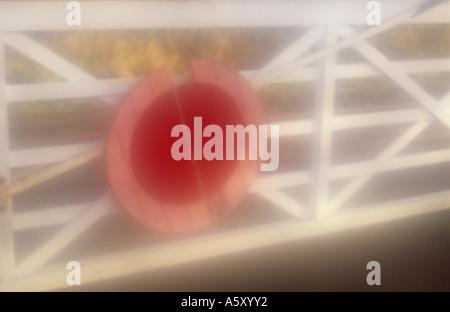 Stimmungsvolle Details eines alten Stil Bahn Bahnübergang Tores mit einer großen roten Scheibe Warnung Fahrer der - Stockfoto