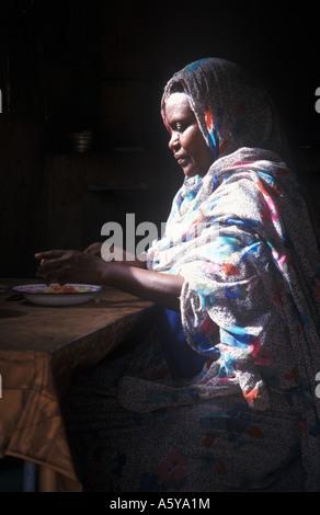 Sudanesische Küche   Sudanesische Frau In Der Kuche Tragen Die Traditionelle Kleidung
