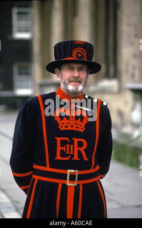 England-Wache in traditioneller Uniform am Tower of London - Stockfoto
