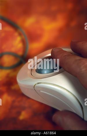 Hand auf Computer-Maus - Stockfoto
