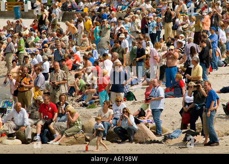 Masse der Leute beobachten ein Segelschiff Parade, laboe bei Kiel, Schleswig-Holstein, Deutschland - Stockfoto