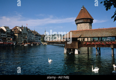 Leben in der Schweiz schöne alte altmodische berühmten Kapelle Brücke Kapellbrucke überdachte Brücke in Luzern Schweiz - Stockfoto