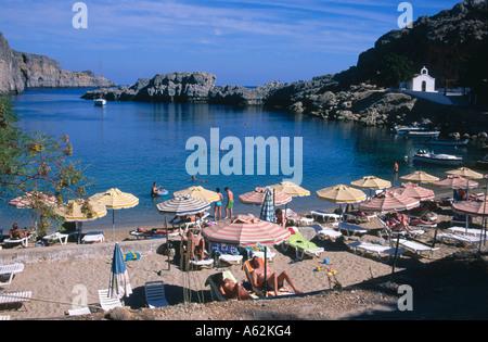 Touristen auf Küste, Strandbäder Beach, Rhodos, Griechenland - Stockfoto