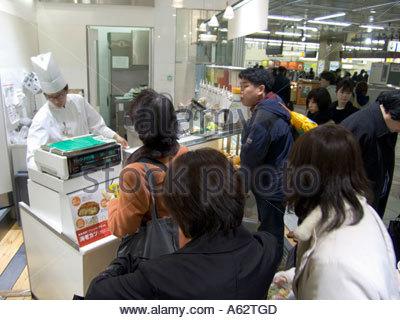 Fast-Food-laden in Tokio Bahnhof - Stockfoto