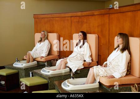 Drei Reife Frauen immer Pediküre in ein Beauty-Salon - Stockfoto