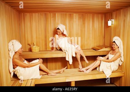 Drei Reife Frauen tragen Handtücher in der Sauna sitzen - Stockfoto