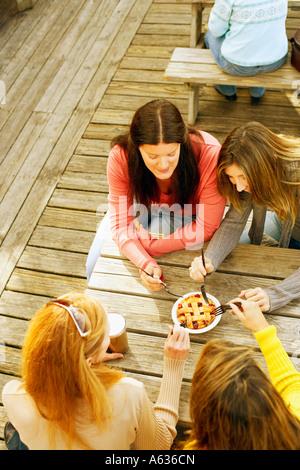 Vogelperspektive Blick auf vier Reife Frauen teilen einen Kuchen - Stockfoto