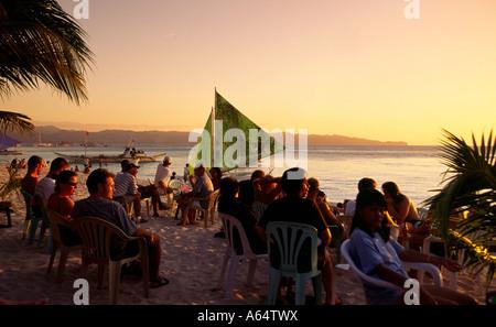Philippinen Boracay Sonnenuntergang Nachtschwärmer am weißen Strand und genießen Sie am Nachmittag Getränke - Stockfoto