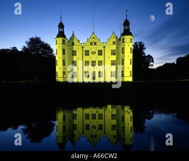 DE - Schleswig-Holstein: Ahrensburg Burg bei Nacht - Stockfoto