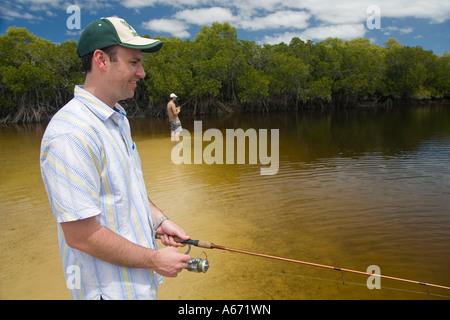 Fischer versuchen ihr Glück in den Mangroven Wasserstraßen des Coongul Creek an der Westküste von Fraser Island - Stockfoto