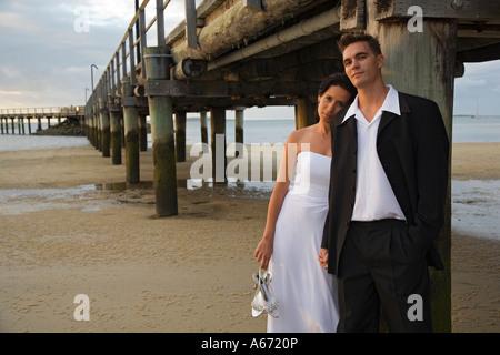 Ein junges Paar am Strand von Kingfisher Bay auf Fraser Island - Stockfoto