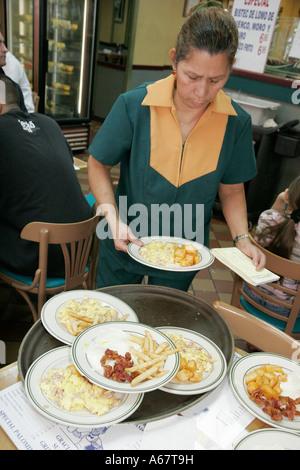 Miami Florida Little Havanna Ayestaran kubanischen Restaurant Hispanic Kellnerin Frühstücksteller Ei Pommes Sortierreihenfolgen - Stockfoto