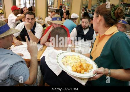 Miami Florida Little Havanna Ayestaran kubanisches Restaurant Hispanic Kellnerin Frühstücksei Teller Pommes Sortierreihenfolgen - Stockfoto