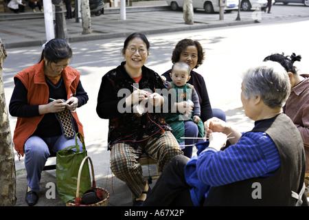 China Wuhan Chinesische Frauen Abwechselnd Einander S Kinder