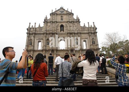 Chinesische Touristen fotografieren von der Burgruine aus dem 17. Jahrhundert portugiesische Kirche des Hl. Paulus - Stockfoto