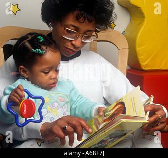 Bedtime Story Mutter liest Tochter - Stockfoto