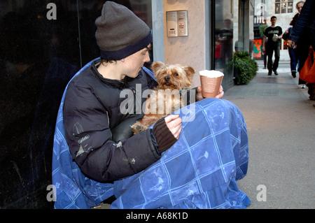 Junge Obdachlose Person mit seinem Haustier Hund betteln im Zentrum von London. - Stockfoto