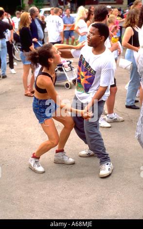Tanzen zu den Rock-Bands in der Grand Old Day Feier Alter 21. St Paul Minnesota USA - Stockfoto