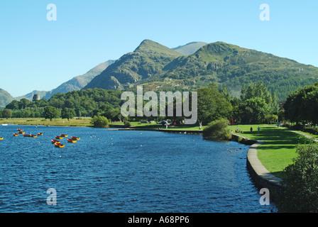 Llyn Padarn eine Moräne aufgestauten eiszeitlich geformten See mit Ruderbooten und Turm der Burg bei Dolbadarn Gwynedd - Stockfoto