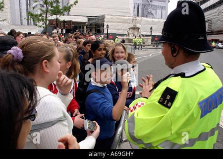 UK London St. Pauls Cathedral Kinder Heathfield School warten auf die Königin - Stockfoto