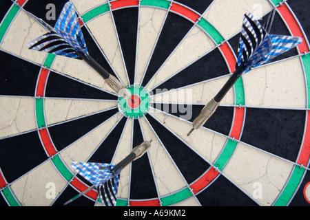Dart in einer Dartscheibe werfen Darts auf ein Ziel-Spiel - Stockfoto