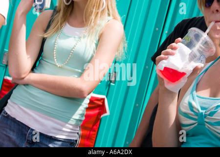 Mädchen, die Hand in der Grand Old Day Street fair trinken. St Paul Minnesota USA - Stockfoto