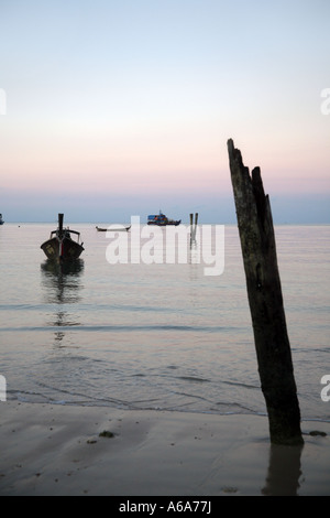 Sonnenaufgang oder-Untergang Krabi Beach Resort Andaman Meer Krabi Provinz Süd-Thailand - Stockfoto