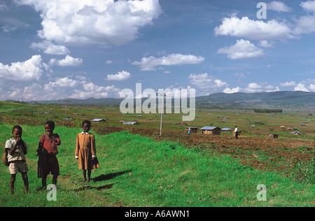 Kikuyu-Kinder in der Nähe von neuen Siedlungen in Olkalau westlich der Aberdares Mountains Kenia in Ostafrika - Stockfoto