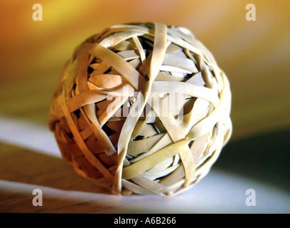 Ball der Gummibänder als Konzept Art Bild z.B. banding zusammen Büro Beziehungen Vorstellungskraft etc. - Stockfoto
